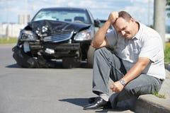 Расстроенный человек после автокатастрофы Стоковые Изображения