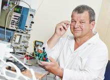 技术员工程师在与微集成电路一起使用 库存照片
