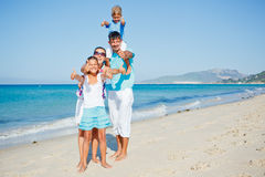 获得的家庭在海滩的乐趣 库存图片