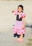 笑的小女孩指向 免版税库存图片