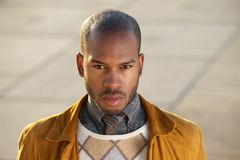 看照相机的有吸引力的男性时装模特儿 图库摄影