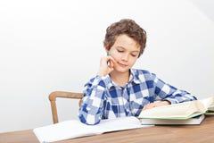 男孩做着他的家庭作业 免版税库存图片