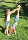 训练手倒立的女孩 免版税库存照片