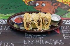 在滑稽的装饰的桌上的墨西哥食物 库存图片