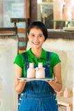 有手工制造瓦器的亚裔妇女 免版税库存照片