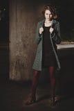 站立在桥梁下的时尚女孩 免版税库存照片