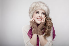 年轻美丽的妇女佩带的裘皮帽和围巾 免版税库存照片