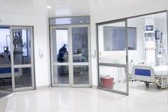 在一家现代医院里面的走廊内部 免版税库存照片
