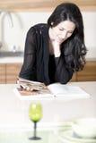 妇女读书食谱书 免版税库存照片