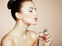 有瓶的年轻美丽的妇女香水。完善的构成 库存图片