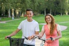 有他们的自行车的青年人 库存图片
