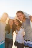 获得快乐的小组的朋友乐趣一起 免版税库存图片