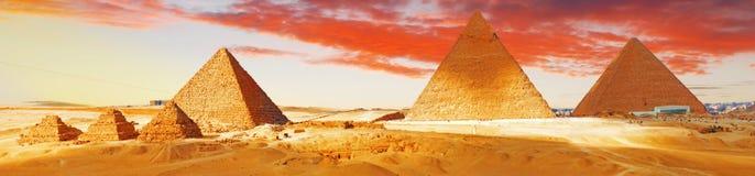 伟大的金字塔位于吉萨棉 免版税库存照片