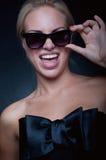 滑稽的白肤金发的佩带的太阳镜 免版税库存照片