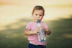 有瓶的女孩矿泉水 库存图片