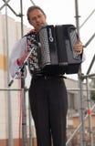 弹奏手风琴仪器的人 免版税库存图片