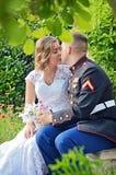 亲吻在秘密的婚礼夫妇 免版税图库摄影