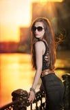 Πρότυπο μόδας στην οδό με τα γυαλιά ηλίου και το απότομα μαύρο φόρεμα Στοκ Φωτογραφία