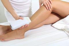 在温泉打蜡的妇女腿 图库摄影