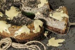 与黑芝麻籽的乳酪蛋糕在万圣夜 图库摄影