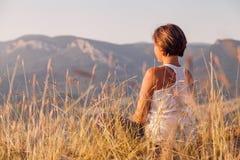 在日出时间的凝思到山里 库存照片