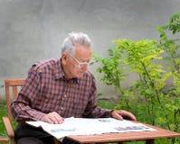 Газета чтения Стоковые Изображения