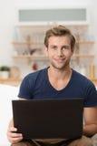 研究膝上型计算机的年轻男学生 免版税图库摄影