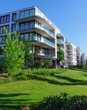 Σπίτια διαμερισμάτων και πράσινη χλόη Στοκ εικόνα με δικαίωμα ελεύθερης χρήσης