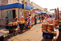 中亚市场的顾客买室外传统的面包 库存图片