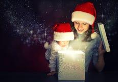 Подарочная коробка рождества волшебная и счастливые мать и младенец семьи Стоковое фото RF