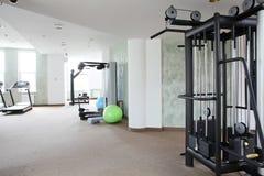 与很多窗口的明亮的健身房 免版税库存图片