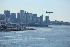 在波士顿地平线上的飞机 库存照片