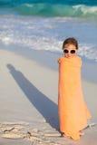 海滩的逗人喜爱的小女孩 免版税库存图片