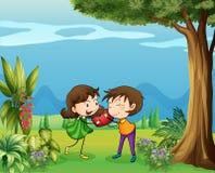 两个恋人在森林里 免版税库存照片