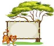 在空的标志旁边的一只老虎 免版税库存图片