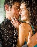 拥抱亲吻的夫妇 免版税库存图片