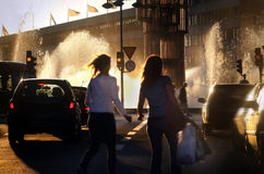 人横渡的街道 库存照片