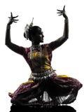 印地安妇女舞蹈家跳舞剪影 免版税库存图片