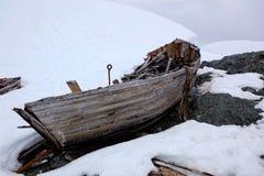 老被放弃的捕鲸小船击毁在南极洲 库存照片