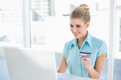 在网上购物快乐的聪明的女实业家 库存照片