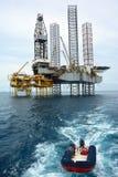 近海抽油装置在清早 免版税库存照片
