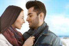 亲吻在海滩的爱恋的夫妇秋天 免版税图库摄影