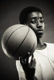 有篮球的男孩 免版税库存图片