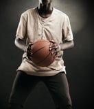 有篮球的男孩 库存照片