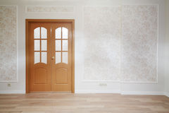 Ξύλινη πόρτα στο απλό δωμάτιο με το ξύλινο πάτωμα Στοκ Φωτογραφίες