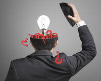 Заполненный вне вопрос внутри головы бизнесмена с лампой хлопает вне дальше Стоковая Фотография RF
