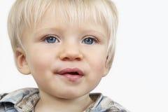 有蓝眼睛的逗人喜爱的男婴 免版税库存图片