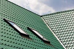 从金属片的绿色屋顶 免版税库存图片