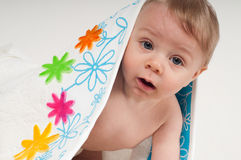 白色毛巾的男婴 免版税库存照片