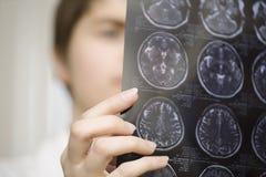 Θηλυκή ανίχνευση ΓΑΤΩΝ εκμετάλλευσης γιατρών Στοκ Φωτογραφίες